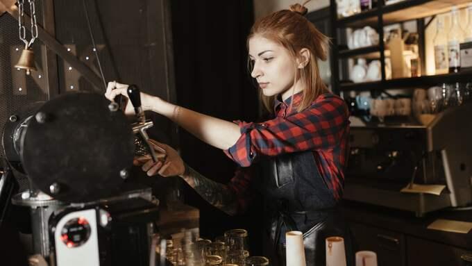 Det är inom servicenäringar som restaurangbranschen flest kvinnor uppger att de drabbats av sexuella övergrepp eller ovälkomna närmanden, enligt undersökningen Demoskop har gjort åt Expressen. Kvinnan på bilden har inget med artikeln att göra. Foto: FOTOLIA