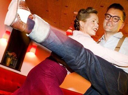 DANSAR LOSS. På dansgolvet på Chicago swingdance studio i Stockholm tillbringar Madelin och Tomas många, svettiga timmar.