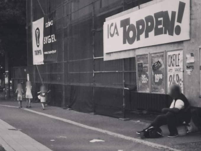 Barnen kom ut ur butiken med nyinköpta godispåsar. De stannade till vid en tiggare och gav honom sina pengar, berättar Julia Mjörnstedt som såg händelsen utanför matbutiken. Foto: Julia Mjörnstedt