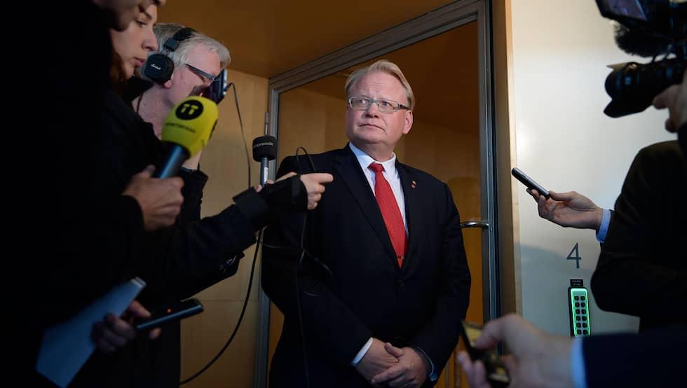 """Peter Hultqvist slipper undan en misstroendeförklaring. """"Sakfrågan – hur en myndighet hanteras, rikets säkerhet – den dunstar upp i det blå för att snart strila ner igen över eländet i ett deprimerande men aldrig klargörande regn"""", skriver Torbjörn Nilsson. Foto: Anders Wiklund/TT"""