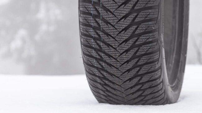 Dubbfria vinterdäck är anpassade för låga temperaturer. När temperaturen stiger försämras egenskaperna – särskilt på våt vägbana.
