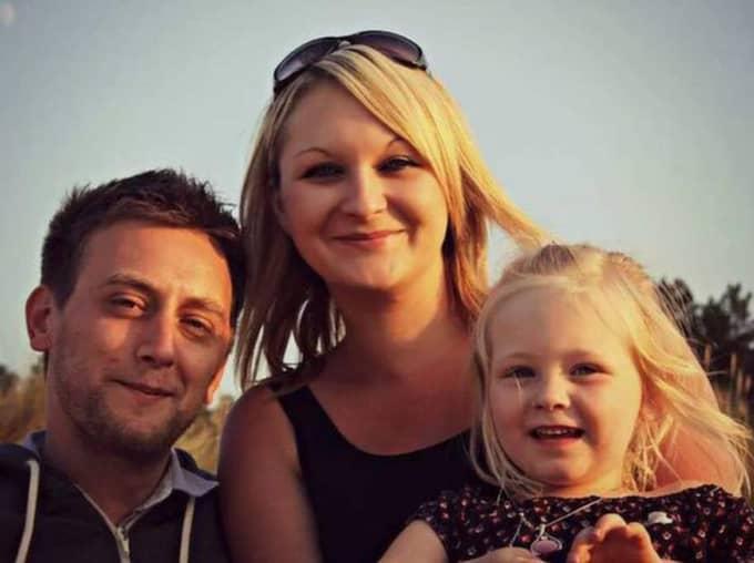 Tom är inte Kellis biologiska pappa, det är mamma Joelys expojkvän, men hon ser honom som sin pappa.
