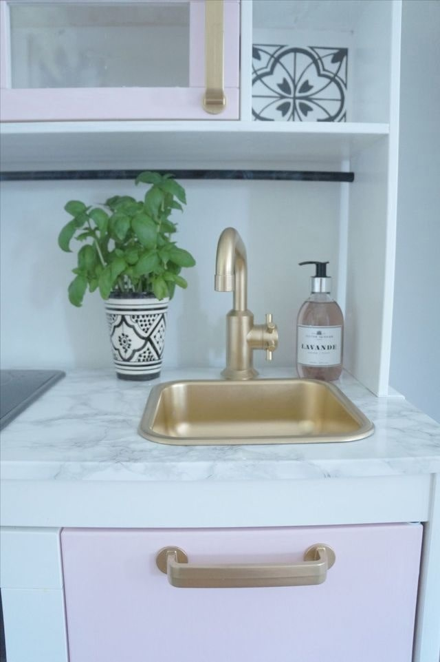Dekorplast är ett billigt och enkelt sätt att göra om i hemmet...