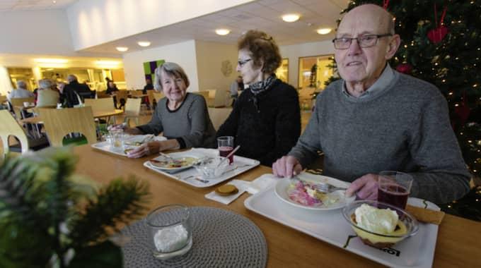"""Från vänster: Ingrid Eriksson, 82, Tibro: """"Jag tycker att maten är godkänd, det finns inget att klaga på. Jag besöker restaurangen kanske varannan dag och tycker att priset är bra"""". Gunvor Karlbom, 81, Tibro: """"Den är hemskt bra tycker jag. Besöker restaurangen nästan varje dag och har inget att klaga på. Tycker det är bra variation på maten. Gällande priset så tycker jag att det är billigt"""". Inge Karlbom, 85, Tibro: """"Jo, den är jättebra. Den är varierad och bra och det finns nog ingen begränsning på hur mycket man får ta. Jag blir mätt varje gång. Det är fantastiskt billigt, finns nog ingen som kan konkurrera med det. Besök till personalen som ger bra service"""". Foto: Henrik Jansson"""