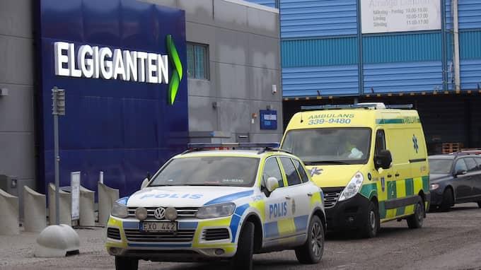 De hotade personalen i elektronikbutiken med ett pistolliknande föremål. Foto: Janne Åkesson