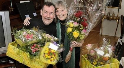 Roger och Görel Wallis bland alla blombuketter. Foto: Jan Düsing