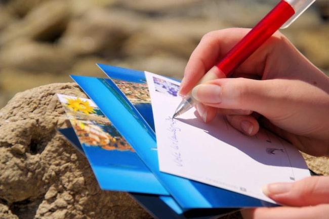 Passa på att skriva vykort och gör någon glad.