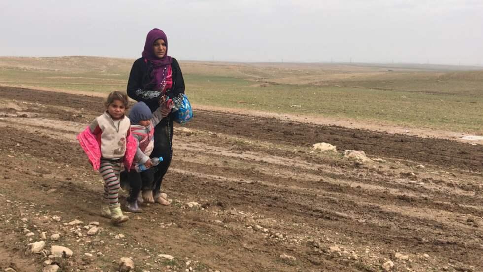 Många flyktingar försöker ta sig till fots bort från IS-fronten. Familjer går i leran utan någonting mer än kläderna de har på sig. Foto: MAGDA GAD