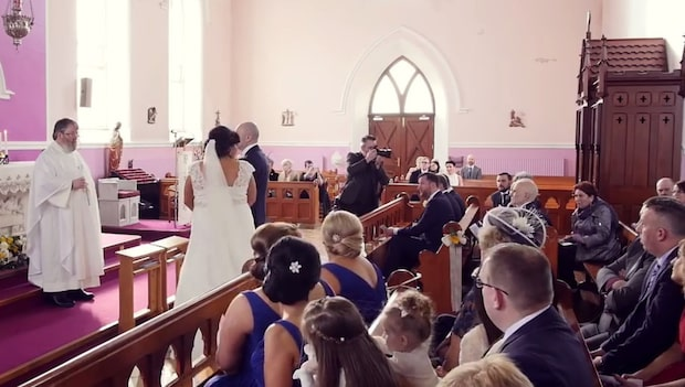 Plötsligt hörs en röst från bak i kyrkan – sen bryter bruden samman