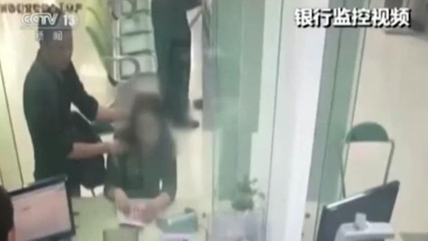 Rånaren sätter en kniv mot kvinnans hals - då riskerar bankmannen sitt liv