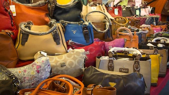 Gucci, Prada och Armani. Nej, här är det falska väskor. Piratkopierade märkesväskor stör den seriösa handeln. De flesta piratkopiorna kommer från Asien. Ofta är det krimineilla liger bakom massprduktionen av märkesartiklar. Foto: YLWA YNGVESSON