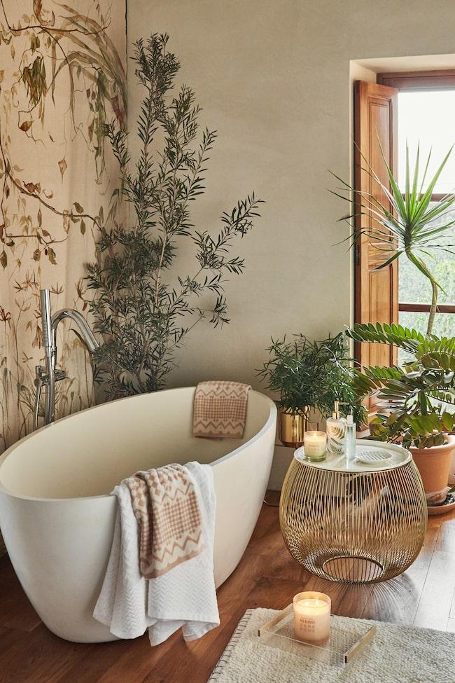 Vem skulle inte vilja ta sig ett bad i detta badkar och spaliknande badrum?