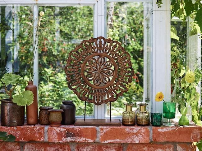 Brun keramiksamling inköpt på loppis. Dekoration August, 299 kronor, Mio. Brun vas Priest, 139 kronor, Em home. Gröna vaser inköpta på loppis.