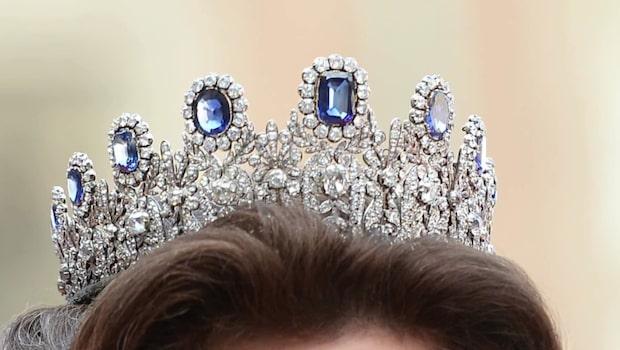 Smyckena som kungligheterna bär på Nobelfesten