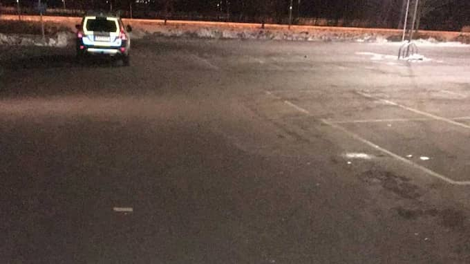 På parkeringen utanför Ica tog rånarna Agrons taxibil. Foto: Polisen