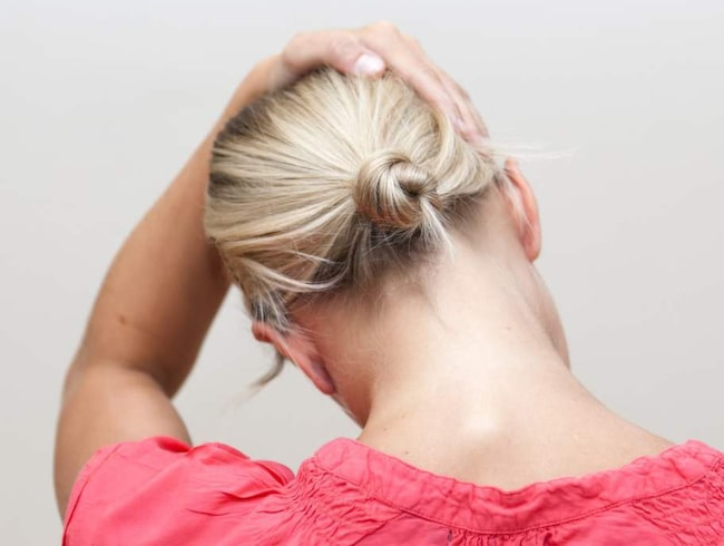 <strong>1 Hjälper mot nackspärr</strong><br><strong>Gör så här:</strong> Håll tag med ena handen i stolssitsen snett bakom dig. Den andra handen placeras på huvudet. Vinkla huvudet åt sidan och dra försiktigt med handen medan den andra handen håller emot.<br><strong>Effekt:</strong> Stretchar nackens muskler och släpper på trycket mellan kotorna på ryggraden. Bra vid spänd nacke och nackspärr.