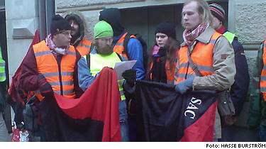 Syndikalister protesterar mot arbetsvillkoren utanför Madeleines hunddagis.