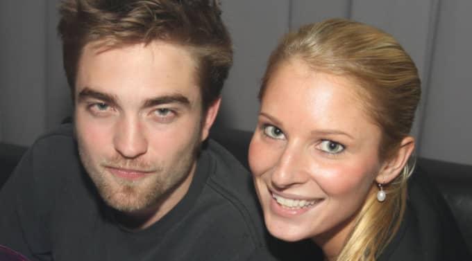 FESTADE. Robert Pattinson fångades på bild när han poserar med Bea Walter, hovmästare på Café Opera. Foto: ROBERT REISKOG/FINEST.SE