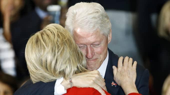 Hillary Clinton kramar om sin man Bill Clinton. Foto: Patrick Semansky