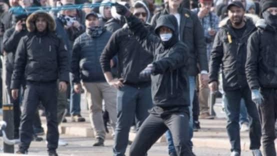 Motdemonstranter använde slunga för att kasta sten mot polisen. Foto: Polisen