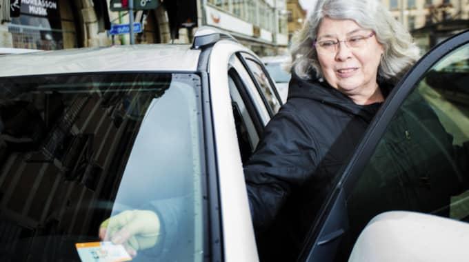 Irene Thomasson, 60, kundtjänstarbetare, Askim: Nej, det har jag faktiskt inte fått eftersom jag sällan åker bil till centrum. Jag åker i stället kommunalt och är noggrann med att betala om jag tar bilen. Förr var det mycket lättare betala men nu är det inte så roligt för nu krånglar det när jag ska betala. Foto: Henrik Jansson