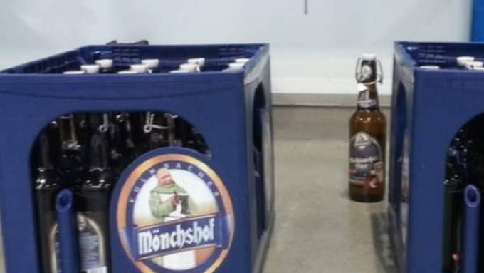 I ett annat beslag fanns två backar öl – men ölet hade bytts ut mot den livsfarliga drogen GBL. Foto: Toll.no