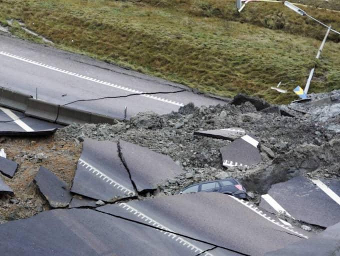 OSANNOLIK TUR. Ett flera hundra meter brett område uppstod när motorvägen delade sig. Men ingen skadades i skredraset i Småröd i Munkedals kommun 2006. Foto: Christian Örnberg
