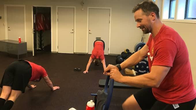 Tomas Skogs trampar på sin motionscykel i Moras spartanska gymlokal. Foto: TOMAS PETTERSSON