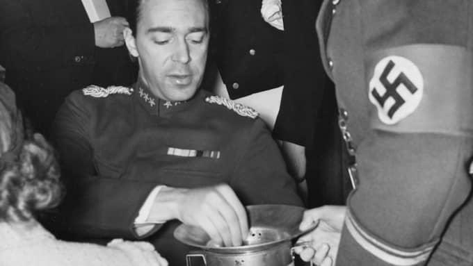 Den svenske prins Gustav Adolf skänker pengar till nazistiska Vinterhjälpen under OS i Berlin 1936. Foto: SVT ARKIV / SVERIGES TELEVISION AB