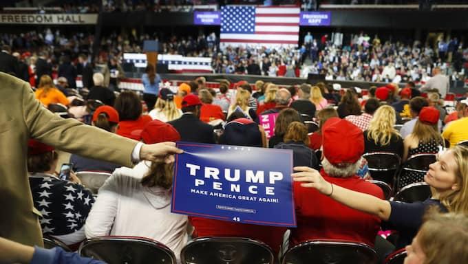 Åskådare samlas i Kentucky Exposition Center i Louisville i väntan på presidenten. Foto: John Minchillo / AP TT NYHETSBYRÅN