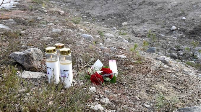 Blommor och tända ljus utmed vägen där tre personer miste livet. Foto: NISSE SCHMIDT/TT NYHETSBYRÅN