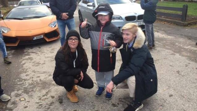 Catja Karlberg som samlat in pengar, Hampus Roos själv och Max Mårtensson som dragit ihop bilförarna. Foto: Ellas hjältar