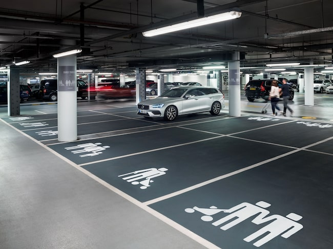 I ett parkeringsgarage vid shoppingcentret Westfield London i Shepherds Bush kan Volvos nya familjeplatser beskådas.
