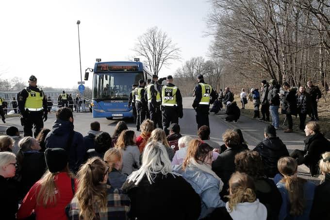 Ett 20-tal demonstranter blockerar en buss utanför migrationsverkets förvar i Kållered, för att protestera mot utvisningar till Afghanistan. Foto: FOTO: HENRIK JANSSON