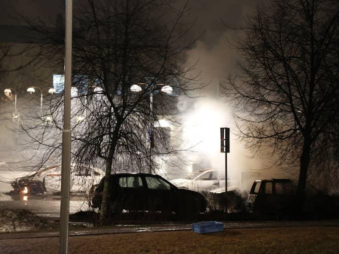 Skadegörelsen uppgår i övrigt till ett par skyltfönster i Rinkeby centrum som har krossats. Foto: Christine Olsson/Tt / TT NYHETSBYRÅN