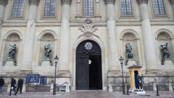 Kungliga slottet i Stockholm hälsar sina utländska gäster och hundratusentals turister välkomna med statyer som skildrar sexuella övergrepp. Foto: LINNEA RHEBORG / BILDBYRÅN