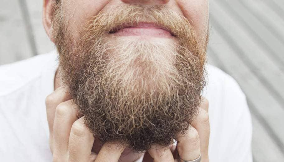 tappar skägg fläckvis
