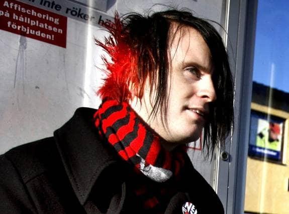 Montören Markus Persson, 26, fick vända i dörren på jobbet. Orsaken: han hade färgat håret i nacken rött. Foto: Hallin Barbro