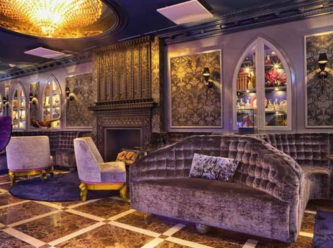 Drömmarna går tillbaka till ett gammalt franskt rum med sammet och guld. Foto: Eirk Nissen Johansen