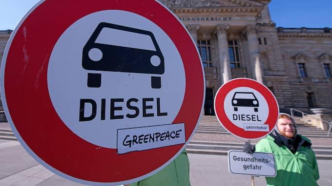 När världen nu suktar efter rena bilar står europeiska biltillverkare där med mångmiljardbelopp nerplöjda i smutsiga modeller som ingen längre vågar köpa. Foto: JENS MEYER / AP TT NYHETSBYRÅN