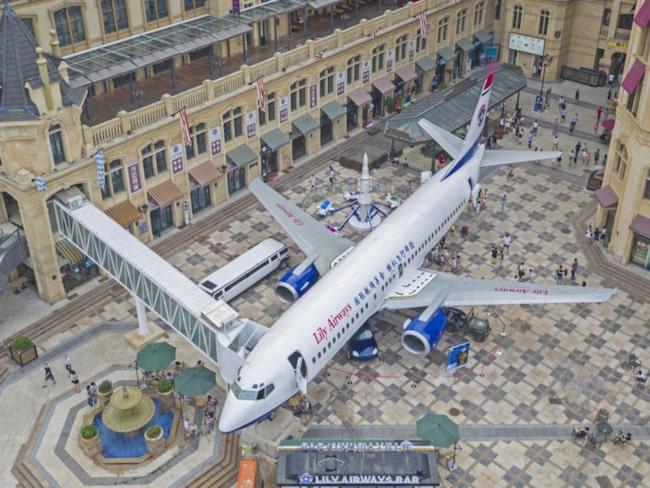 Mitt på torget i den kinsesiska staden Wuhan står flygplanet som har blivit en lyxrestaurang.