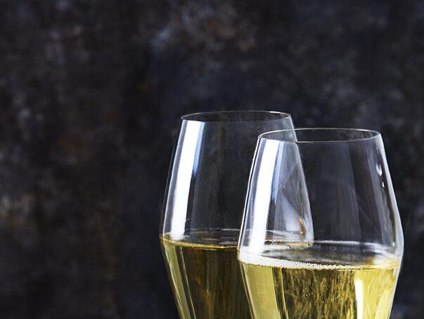 Ett glas champagne eller mousserande förgyller festen.
