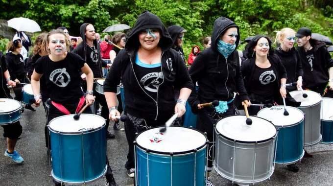 Det blir grymma rytmer när Kiriaka går i gång med sina trummor. Du hittar dem vid Preemmacken i Frihamnen. Foto: Lennart Rehnman