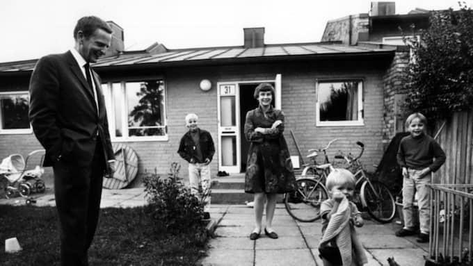 Hela familjen Palme utanför sitt radhus i Vällingby. Foto: Jan Delden