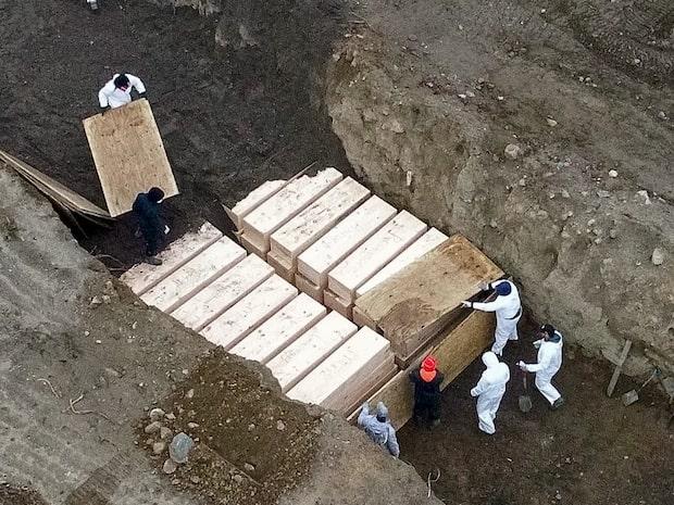 Här grävs massgravar i New York för de döda i Corona