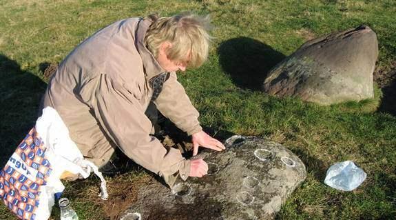 """Kartlägger området. Bob G Lind har ägnat mycket tid åt att kartlägga och dokumentera den drygt tre tusen är gamla offerplatsen utanför Vitemölla på Österlen. """"Man trillar baklänges av ren häpenhet"""", säger Nils-Axel Mörner, en av Sveriges främsta geologer. Foto: Robert Ullmin"""