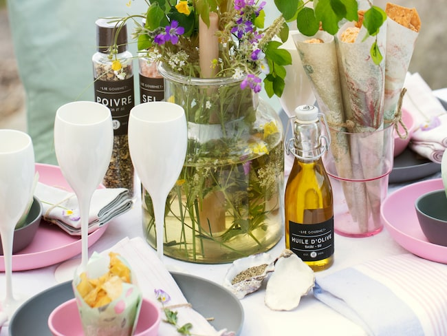Rosa plastglas, 5 kronor, Ikea. Champagneglas, 99 kronor, olivolja, 99 kronor, Nasta interiör.