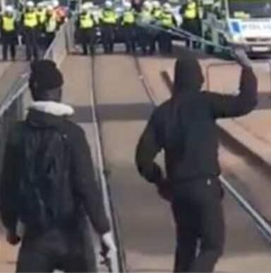 Motdemonstranter kastade stenar och benglaer mot polisen vid NMR:s demonstration i Göteborg.
