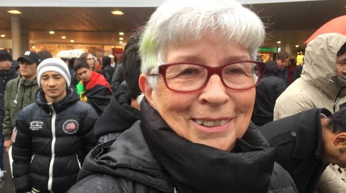 Varför är du här i dag och demonstrerar? Margareta Öst, 73, Borlänge – Jag är här för att jag vill stödja alla afghanska barn som är här. Jag vill att de ska få ett bra liv och stanna här. De ska inte skickas tillbaka till döden. – Jag tycker at vi ska behålla de flyktingar som är här nu. Foto: Michael Töpffer