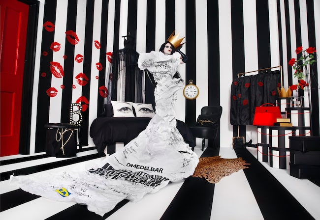 ... bakom den står världskända stylisten och modeaktivisten Bea Åkerlund.